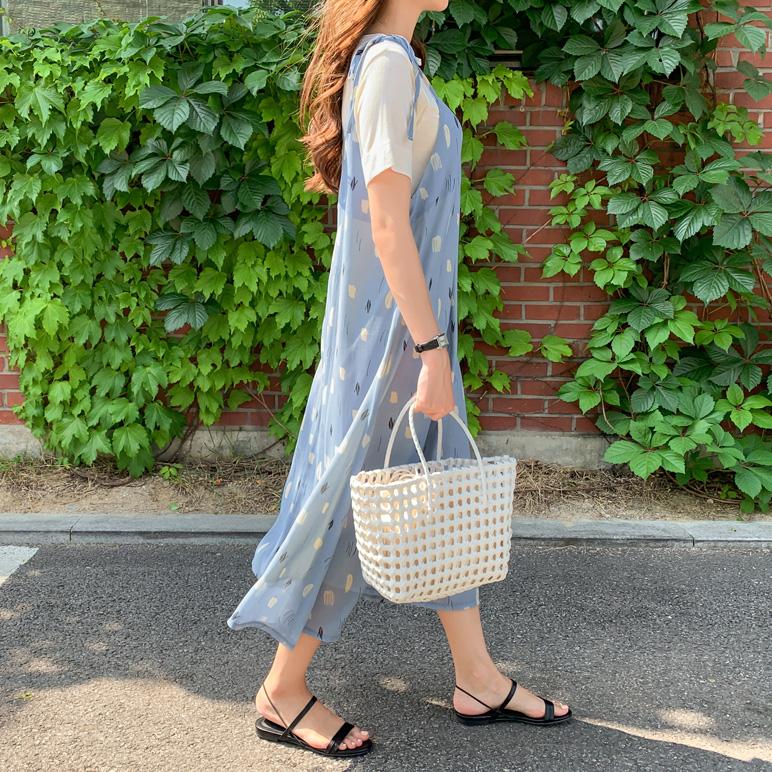 蓝色系带吊带连衣裙